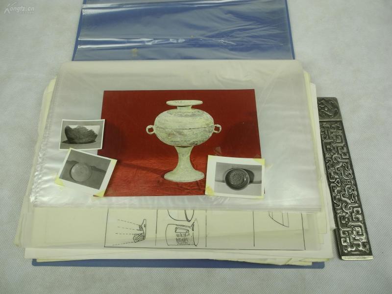 疑為民國時期或建國初期《考古資料》一批,有考古隊挖出的陶瓷器、石鏟、骨角器等等拍出來的老照片、尺寸等資料,分類標號,內容嚴謹仔細,還有天津市歷史博物館帶資料的老稿紙等一大批資料,這些之前見所未見珍貴異常考古資料流落民間,罕見珍稀!