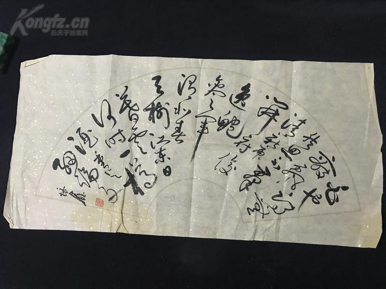 """带印章,烫金纸《王培鑫书法》(70*34)王培鑫:1947年生于上海,别署龙钮斋,雕刻家、书法家、篆刻家。中国工艺美术家协会会员、上海市书法家协会会员、中国工艺美术大师。从事印钮雕刻40余年,作品造型惟妙惟肖、神态灵动传神,被誉为中国""""印钮王""""。"""