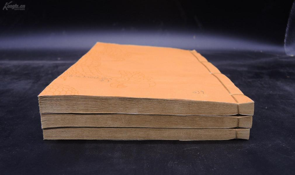 清代嫏嬛馆刻本【春秋左氏传述义】上、下两卷三册全。隋经学家刘炫解释《春秋左氏传》的一部着作,介绍春秋时期各个国家的一些人物和历史事件。《春秋左氏传》是研究中国先秦历史很有价值的文献,也是优秀的散文着作。是中国古代封建社会的圣经,中华民族传统文化的主体和核心。对其的注解传承,诚为功德无量的文化之举