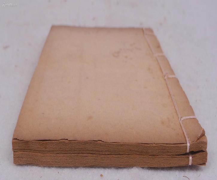 古代中國志怪小說精粹*民國精印《鑒戒錄》原裝十卷二冊全,內容珍貴罕見,以五代時期前后蜀的逸聞為主,兼有一些唐代的逸聞,除了正常的筆記之外,還有很濃烈的詩話的色彩,此書構思奇特,敘述婉曲,精彩紛呈,對于愛好文學的讀者們實為難得之本。小說收藏者的一次饕鬄盛宴???!