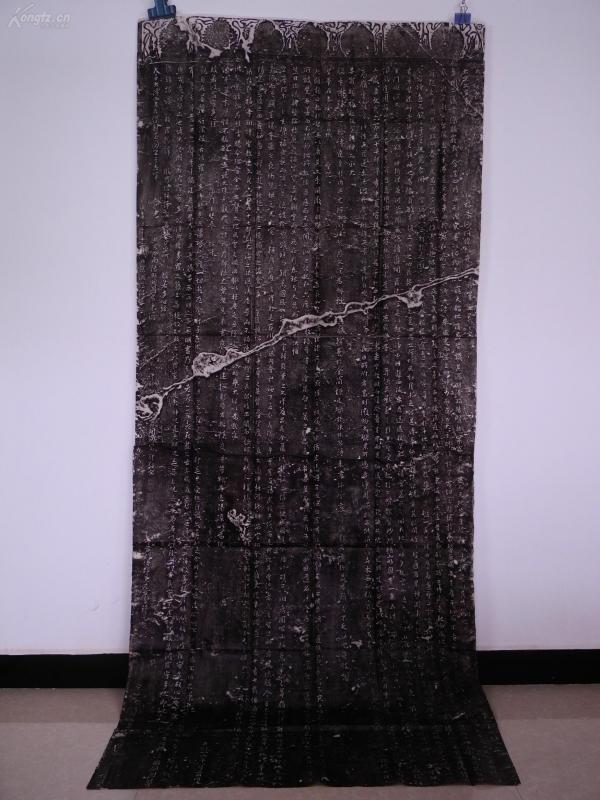 老拓一整張《大唐三藏圣教序》215X92厘米,原石原拓,包老保真,隱約能看到幾個佛祖頭像,為歷代最稀見的碑拓了,因為它將唐太宗、玄奘、王羲之這三位歷史上赫赫有名的人物聯系在了一起,此碑是所有收集王羲之字跡的碑刻中質量最高,最為珍貴的,是后人學習觀摩王羲之書法的范本。珍貴難得!