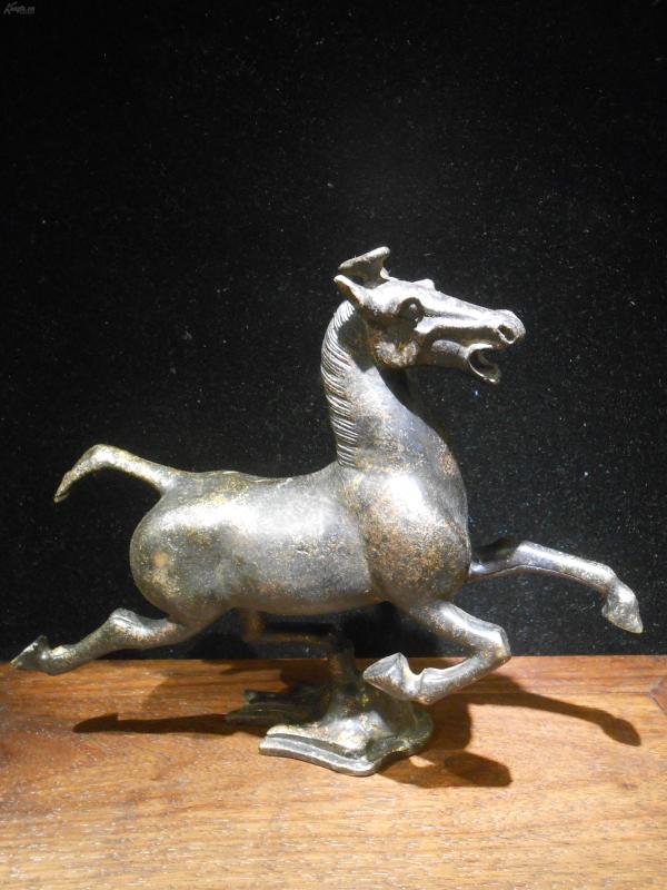 馬踏飛燕,純銅鑄造,有鎏金痕跡,長20cm,高16cm,寓意騰飛之意,可作擺件,底價拍