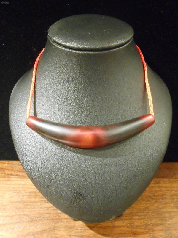 天然瑪瑙曲型天眼天珠,鎖骨天珠,深紅色瑪瑙勒子,中心部位自帶天然天眼一顆,可穿繩搭配作鎖骨珠,詳可見細圖,底價結緣