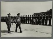 约六七十年代 著名军事家、政治家彭德怀与外国友人视察军队合影照片 一张(尺寸30*43cm)HXTX300804