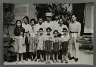 十大元帅之一、著名革命家、军事家 罗荣桓 及夫人林月琴 与少先队儿童等合影照片 一张(尺寸30*44cm)HXTX300793