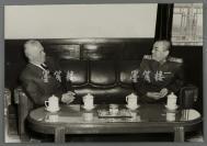 著名革命家、军事家、开国元帅 彭德怀与外国友人合影照片 一张(尺寸30*43.5cm)HXTX300796