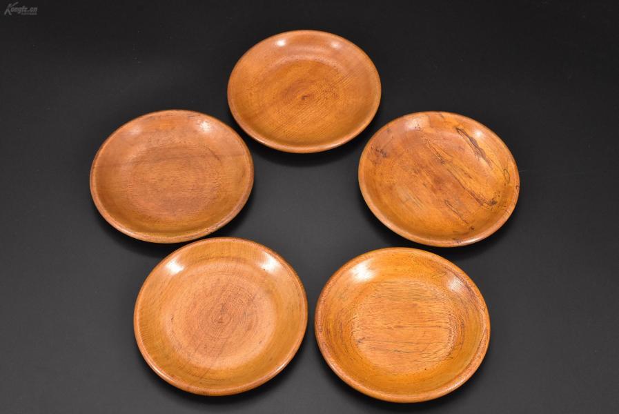 (乙3005)《日本传统工艺漆器》茶托一套五件全 茶道杯托 木胎漆器 传统造型 表面光滑 不刮手 过度自然 公元前二百多年中国的漆艺就开始流传到日本,由于地理环境相似,日本也组织起了漆器生产,形成了日本独特的漆器风格。 直径:14cm 高:1.6cm 重:196.95克
