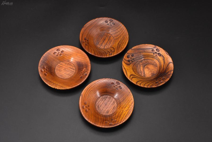 (乙3000)《日本传统工艺漆器》茶托4件 茶道杯托 木胎漆器 传统造型 边缘雕梅纹 公元前二百多年中国的漆艺就开始流传到日本,由于地理环境相似,日本也组织起了漆器生产,形成了日本独特的漆器风格。 直径尺寸:12cm 高:1.97cm 重:116.94克