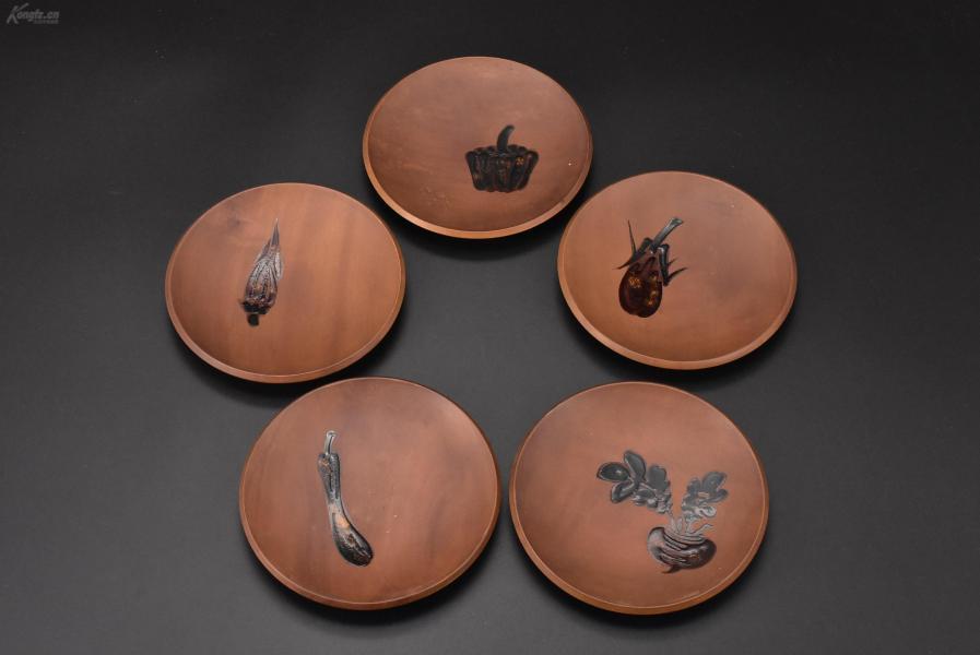 (乙3001)《日本传统工艺漆器》茶托5件 茶道杯托 木胎漆器 有各种蔬菜图案 生动别致 公元前二百多年中国的漆艺就开始流传到日本,由于地理环境相似,日本也组织起了漆器生产,形成了日本独特的漆器风格 直径:13cm 高:1.63cm重:184.34克