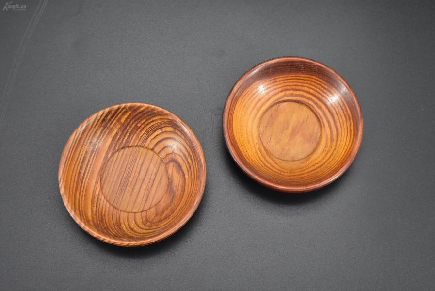 (乙2993)《日本传统工艺漆器》茶托2件 茶道杯托 木胎漆器 传统造型 公元前二百多年中国的漆艺就开始流传到日本,由于地理环境相似,日本也组织起了漆器生产,形成了日本独特的漆器风格 直径尺寸:7.2*7.2*1.9cm重19.37克
