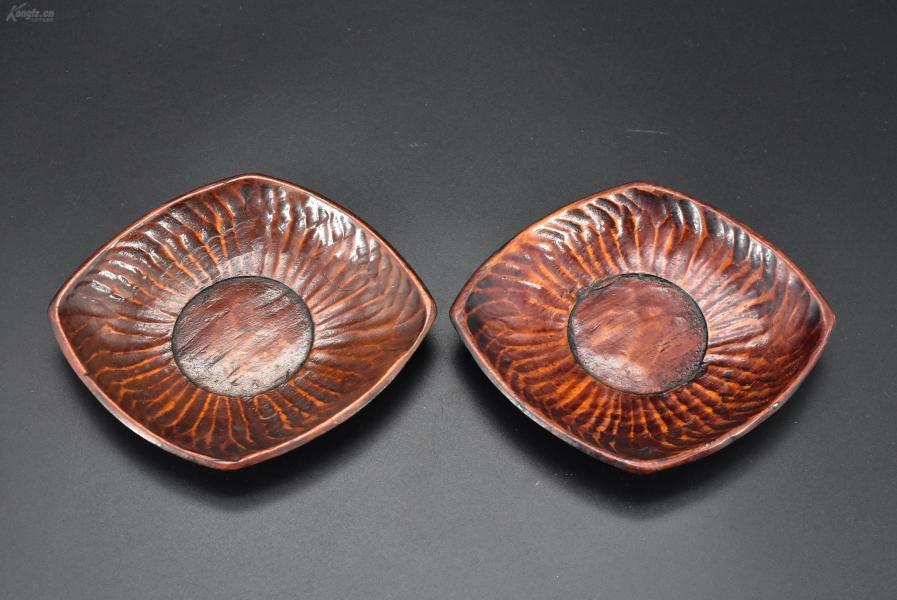 (乙2996)《日本传统工艺漆器》茶托2件 茶道杯托 木胎漆器 近似菱形 边缘及茶托背面雕痕明显 更显原始 公元前二百多年中国的漆艺就开始流传到日本,由于地理环境相似,日本也组织起了漆器生产,形成了日本独特的漆器风格。 尺寸:12*10*1.8cm重:42.55克