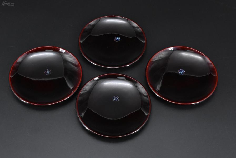 (乙2987)《日本传统工艺漆器》一套四件 日本茶道具 茶托 内嵌螺钿梅花图案 三峰神社纪念 树脂胎漆器 直径为:13.5cm 高:1.6cm 螺钿是用螺壳与海贝磨制成人物、花鸟、几何图形或文字等薄片,根据画面需要而镶嵌在器物表面的装饰工艺的总称。