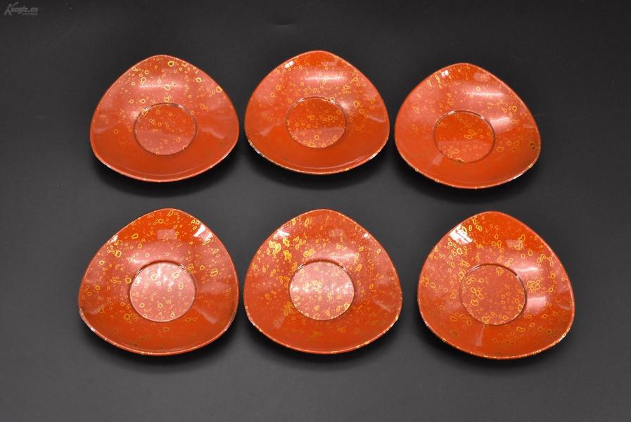"""(乙3002)《日本传统工艺漆器》一套六件全 茶托 树脂胎漆器 正面漆面精美 纪念""""鲑川村昭和41年度纳税完纳"""" 茶托尺寸为:11*11*1.5cm 公元前二百多年中国的漆艺就开始流传到日本,由于地理环境相似,日本也组织起了漆器生产,形成了日本独特的漆器风格。"""