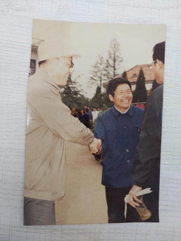 【彩色照片】原林业部长高德占在黄梅(有背书,尺幅17.7cm*12cm)