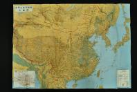 (乙4157)《详细中华人民共和国大地图》  原护封 单面彩色大地图1张 标有钓鱼岛和尖阁诸岛中日两个名称 附北京市街图 540万分之一详细地图 地形地貌 人口 国界省界 交通等 中央公论 1973年 尺寸106*75cm