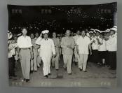 建国后 北京市各界人民在中山公园举行庆祝建军30周年大会 朱德元帅(前左二)、刘少奇(前左三)进入会场时受到群众的热烈欢迎 老照片 一大张(尺寸:31*40.5cm)HXTX304323