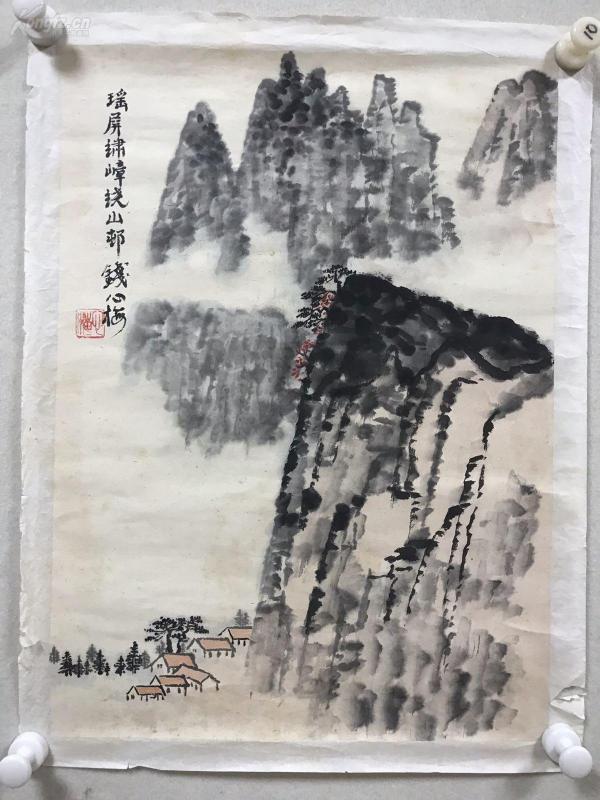 钱心梅。    钱松岩之女,国家一级画师,秉承家学,以山水画着名,是钱松岩书画鉴定的权威。