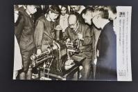 (乙4602)二战史料《读卖新闻老照片》1张 烧付版 1944年6月11日 东条英机视察东京都电器研究所的简易型工作机械展示会并亲自演示简易型工作机械 黑白历史老照片 二战时期老照片 读卖新闻社