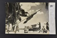 (乙4604)二战史料《读卖新闻老照片》1张 烧付版 1944年5月5日 南方的日军士兵在日本传统节日男孩节悬挂手制的鲤鱼旗 黑白历史老照片 二战时期老照片 读卖新闻社