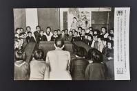 (乙4594)《读卖新闻老照片》1张 烧付版 1944年3月15日 日本东京都本乡真砂国民学校召开的定期儿童疏散大会 黑白历史老照片 二战时期老照片 读卖新闻社