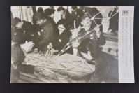 (乙4606)二战史料《读卖新闻老照片》1张 烧付版 1944年2月27日 日本某工业会社开设 街的飞行机工场 男百名 女二百名踊跃参加 黑白历史老照片 二战时期老照片 读卖新闻社