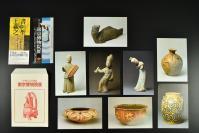 (乙5400)中华人民共和国《南京博物院展》原护封明信片8张 唐 加彩女俑 褐蓝彩双系磁罐、南唐(五代) 舞踊女陶俑 人头鱼身陶俑、东晋 持盾武士陶俑、彩陶盆、彩陶钵、彩陶壶。 尺寸:15*11CM