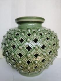 耀州青瓷-上下莲瓣纹、内胆剔花、雕刻牡丹纹---福(钱)在眼前胆瓶(低价便宜处理)