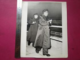 布纹纸大文革毛主席老照片:林彪紧跟毛主席。尺寸:2 9 X 2 4cm(大文革时期,这样布纹纸、尺寸如此大、品相如新的毛林照较稀见)