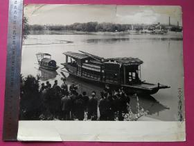 大文革军管时期老照片:渡口前学文件。尺寸:2 9 X 2 4cm(较稀见)