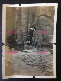 民国 老照片  旗袍美女 江苏苏州 虎丘 风壑云泉 (边缘有四个小切口)