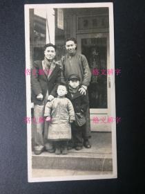 """珍贵 老照片 民国 上海 照相馆 门口 有门牌号 3张 (第一张照片:可以看到""""丽华照相""""四个字,上面的门牌号是""""381"""",即吴淞路381号,有丽华照相馆的照片袋上的地址为证,照片袋本身可能是建国初的,但是照片本身是民国的,后面有题赠日期""""1948"""",题赠人的署名,不认识。第二张照片和第三张照片是同一批的,可以看到摆放有带框的照片。)"""