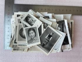 一批老照片,约220张合售,尺寸不一,军人美女家庭,非常漂亮,有戴毛主席像章的,有苏州、无锡、杭州旅行的等等