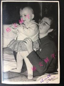 老照片 女子和儿童 背面有文字 俄语 不认识 可能是名人的 相纸很好 较厚