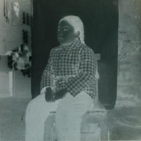 【老底片】椅子上的大辫子小姑娘(54135)