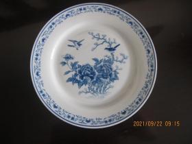 湖南醴陵群力老篆书款釉下五彩  蓝牡丹小鸟赏盘     尺寸20.5厘米