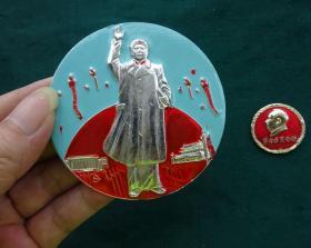 毛主席像章(巨型金属浮雕宝像落成纪念)迎九大105厂彩章【保真】