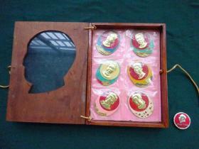 毛主席像章(驱逐舰部队组建十五年纪念)罕见带盒精品6枚套章