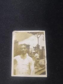 (民国)(连云港灌云新县大名人)(于右任学生)张松年在震旦大学校门前照片(其父张百川)