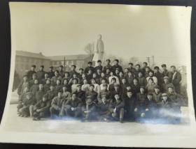 文革时期·在毛主席雕像前合影照·黑白老照片·一张·150*120mm
