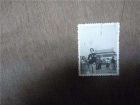 老照片    女学生带袖章出席证,语录在天安门