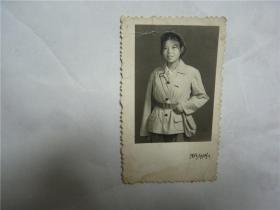 老照片    女红卫兵军装腰带背包像章