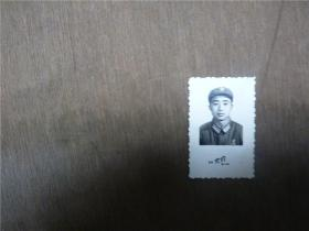 老照片    战士带总政发毛主席像章套章为人民服务