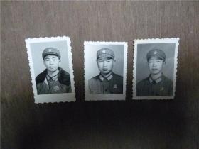 老照片    佩像章战士共3张     略有大小