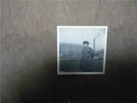 老照片     军人在工厂烟囱边