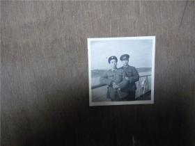 老照片   俩海军军官在军舰上
