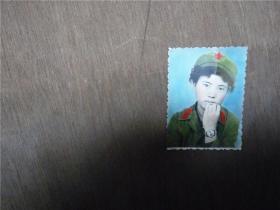 老照片    女军人手绘彩色    1984年