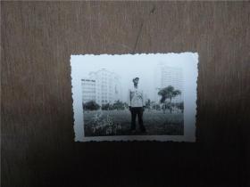 老照片    战士在广州广场留影    1969年