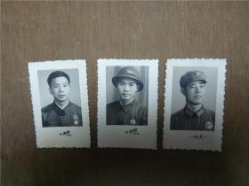 老照片    文革佩像章的战士共3张     略有大小