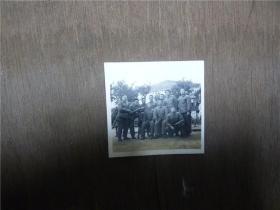 老照片    五六十年代军衔制服战士们休息时合影