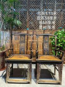 清代榆木官帽椅一对,保存完整,整体大方漂亮雅观,源头老货,坐面大,舒适性强,古韵味极浓,样子特殊少见,全面的雕工整体带动了椅子的造型感,品相完整,无修补无松动,